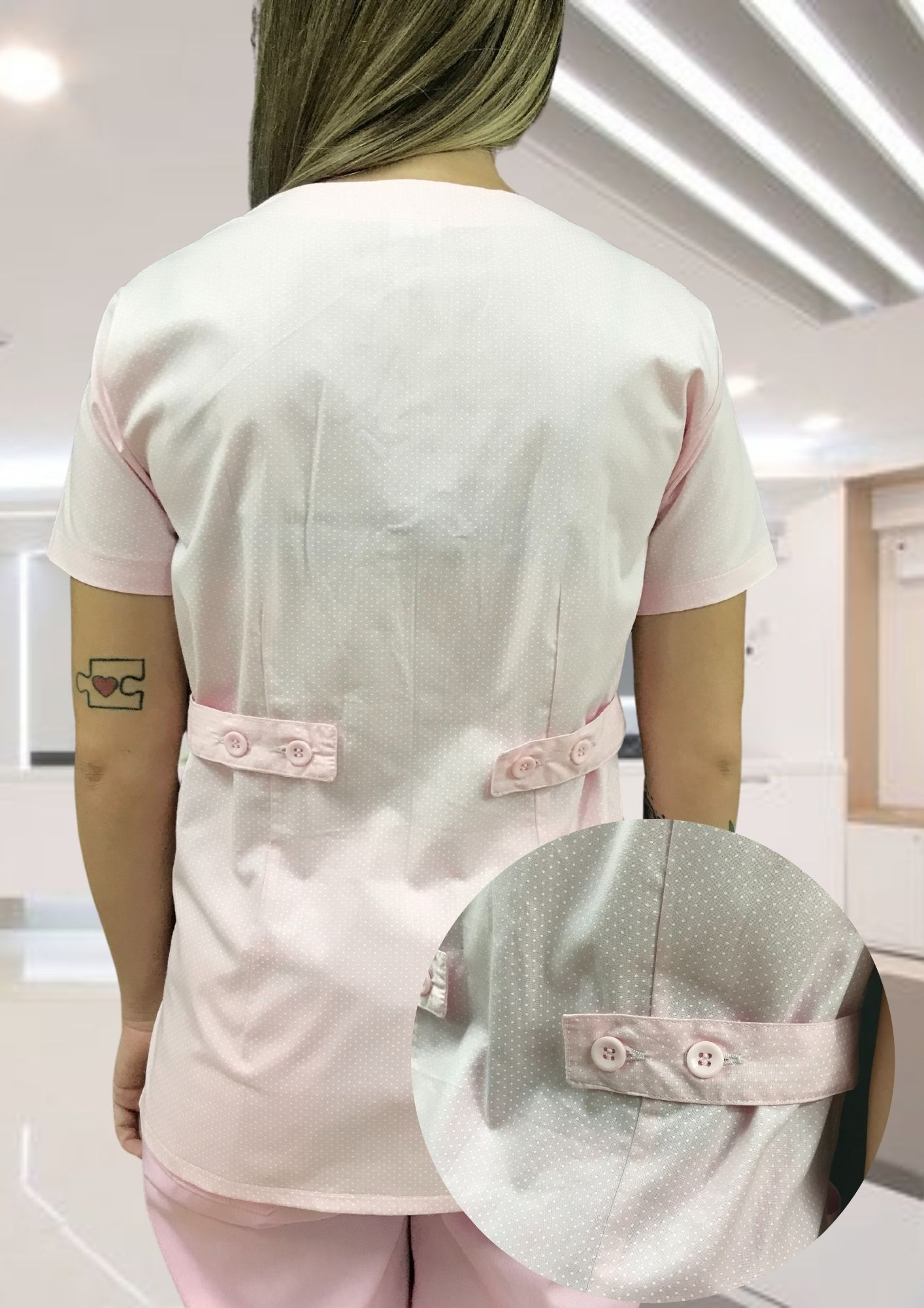 Camisa Scrub Anatomys Feminino ROSA poá branco com ajuste para acinturar atrás  Botões Rosa 100% Algodão
