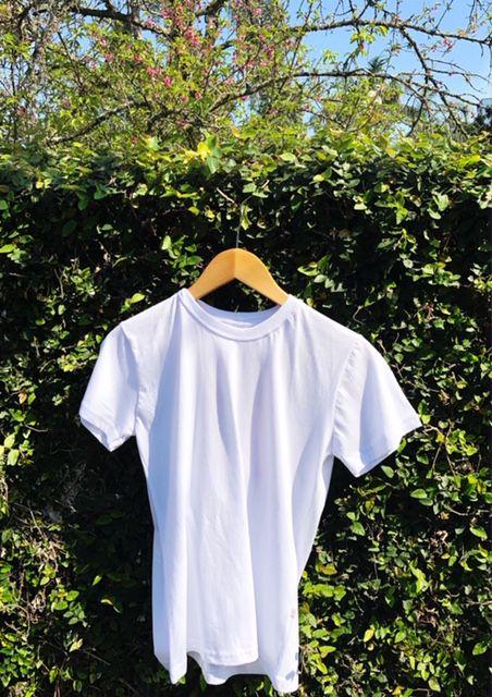 Camiseta Unisex Branca BORDADO BATEDEIRA VERMELHA Fio 30 Premium 100% Algodão