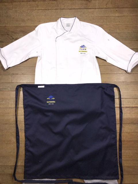 Conjunto: 01 Dólmã UNISEX Gourmet Botões Pressão personalizada padrão FURB com nome e logomarca bordados + 01 avental bistrô + 01 Calça elástico total