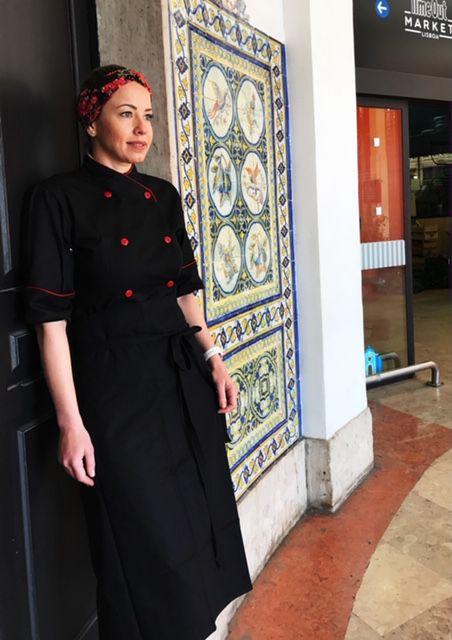 Conjunto  Dólmã Cecilia Feminina Acinturado PRETA 100% Algodão com detalhe VERMELHO e botões Vermelhos Avental PRETO 4 frentes