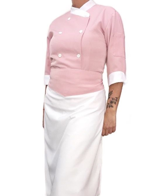 Conjunto  Dólmã Cecilia Feminina Acinturado ROSA ANTIGO 100% Poliéster com Botões BRANCO detalhe BRANCO  Avental BRANCO com detalhe ROSA ANTIGO
