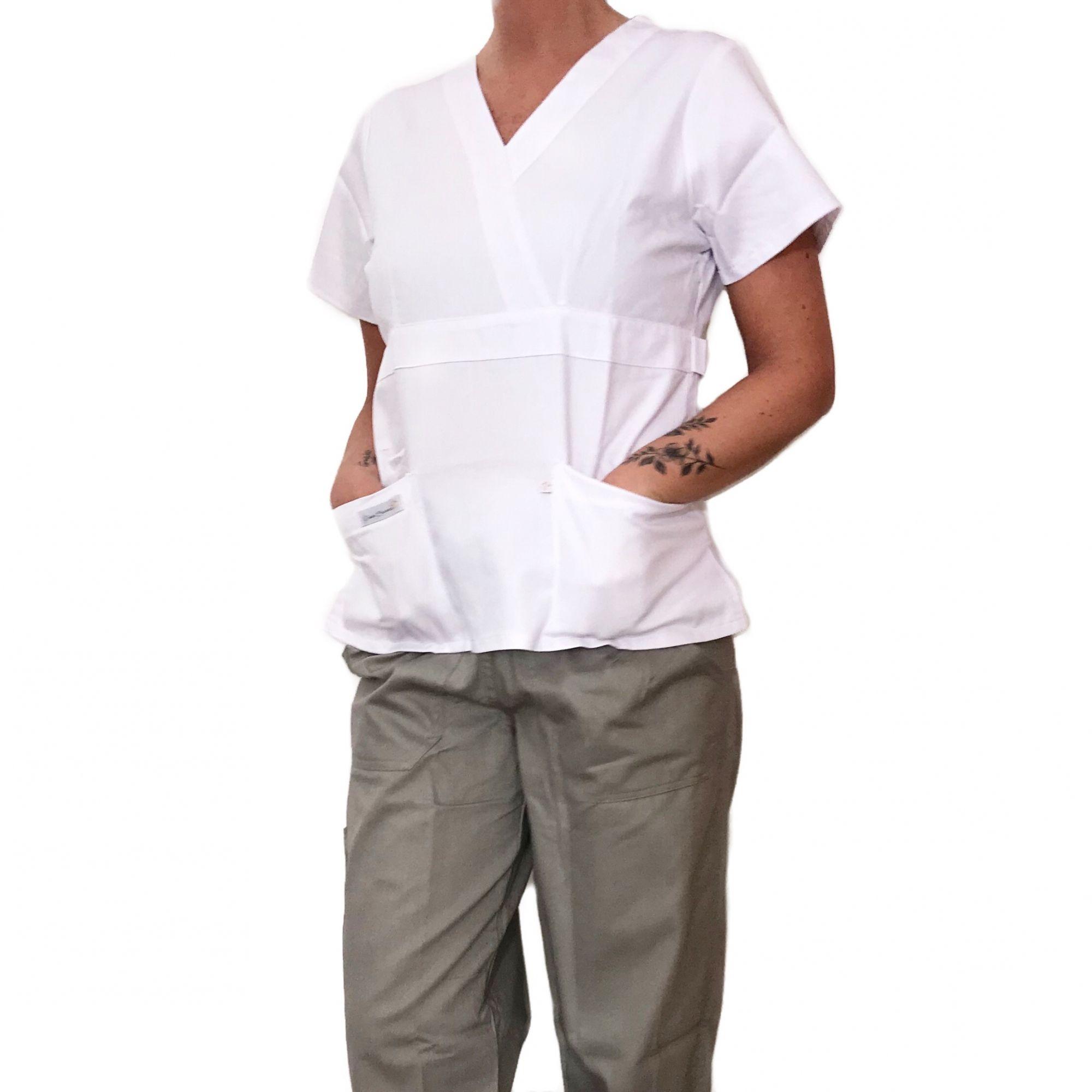 Conjunto Scrub Anatomys Feminino  Camisa BRANCA com ajuste para acinturar Atrás e Cordão Preto  para Calça CINZA  Tecido 100% Algodão