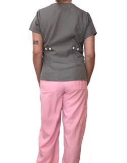 Conjunto Scrub Anatomys Feminino  Camisa CINZA com ajuste para acinturar Atrás e Cordão Rosa  para Calça Rosa Tecido 100% Poliéster