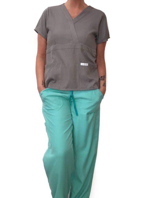 Conjunto Scrub Anatomys Feminino  Camisa CINZA com ajuste para acinturar Atrás e Cordão Verde  para Calça Verde Tecido 100% Poliéster