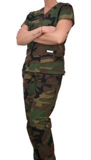 Conjunto Scrub Anatomys Feminino Camuflado ARMY Camisa com ajuste para acinturar Atras e Cordão VERDE para Calça Tecido 50% Algodão 50% Poliéster