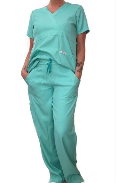 Conjunto Scrub Anatomys Feminino Verde Camisa com ajuste para acinturar Atras e Cordão Verde Escuro para Calça Tecido 100% Poliéster