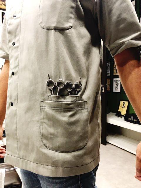 Dólmã BARBEIRO  Unissex Cinza CAVEIRA BARBEIRO PRETO com Botões Pressão PRETOS com 3 BOLSOS 100% Algodão Manga Curta