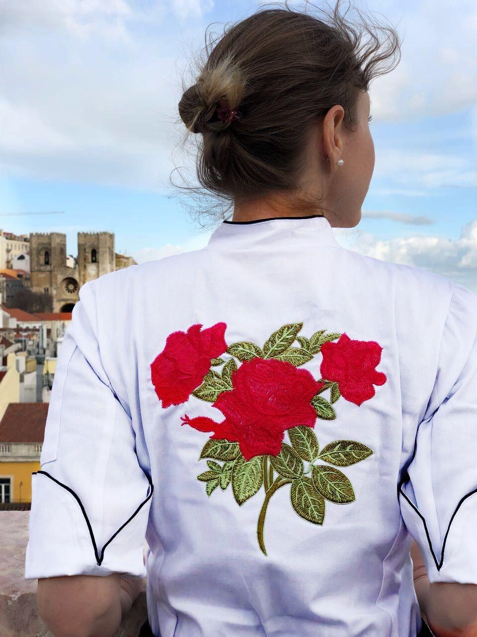 Dólmã Cecilia Feminino Acinturado BRANCO RED FLOWER com vivo e botões PRETOS 100% Algodão manga 3/4