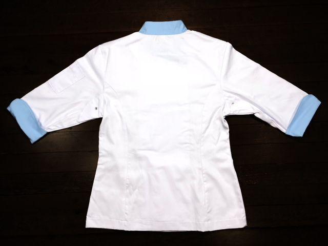Dólmã Cecília Feminino Acinturado BRANCA com detalhe AZUL Sarja Leve 100% algodão com botões AZUIS