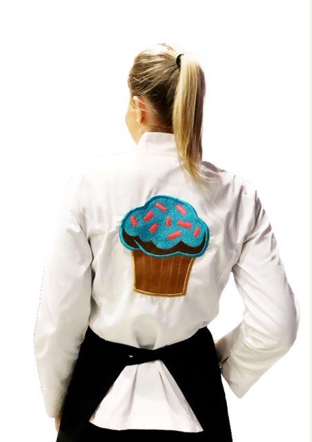 Dólmã Cecília Feminino Acinturado BRANCO CUP CAKE BLUE SKY com vivo e botões PRETOS  Sarja Leve 100% algodão Manga 3/4