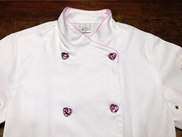Dólmã Cecília Feminino Acinturado BRANCO INDIAN COCAR PINK com vivo ROSA e botões PINK HEART 100% algodão