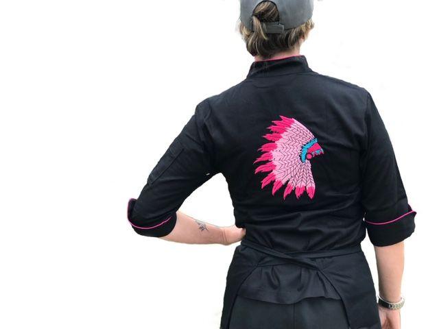Dólmã Cecília Feminino Acinturado PRETA INDIAN COCAR PINK com vivo e botões PINK Sarja Leve 100% algodão