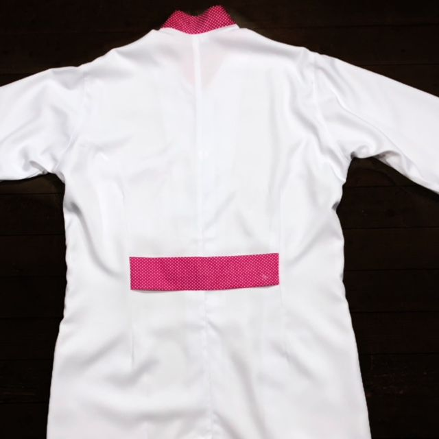 Jaleco Gola de Padre Glaucia Feminino Acinturado POA PINK Botões BRANCOS Punho de Ribana BRANCO  Microfibra Premium