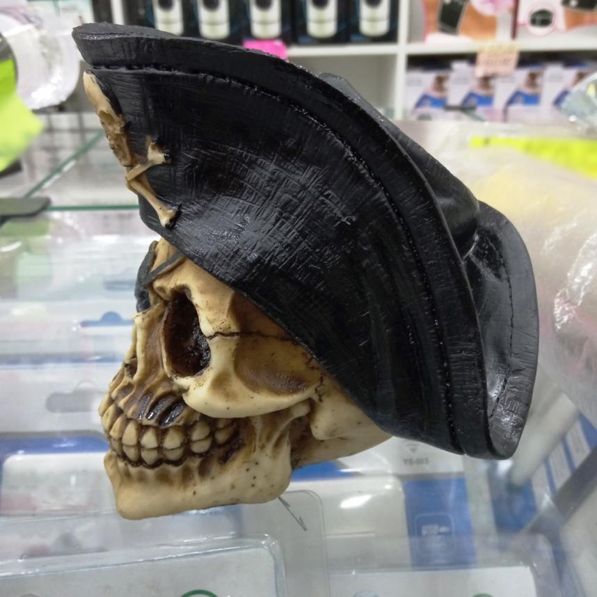 Crânio Caveira Pirata Capitão com Chapéu Enfeite Decorativo rico em Detalhes em Resina dura
