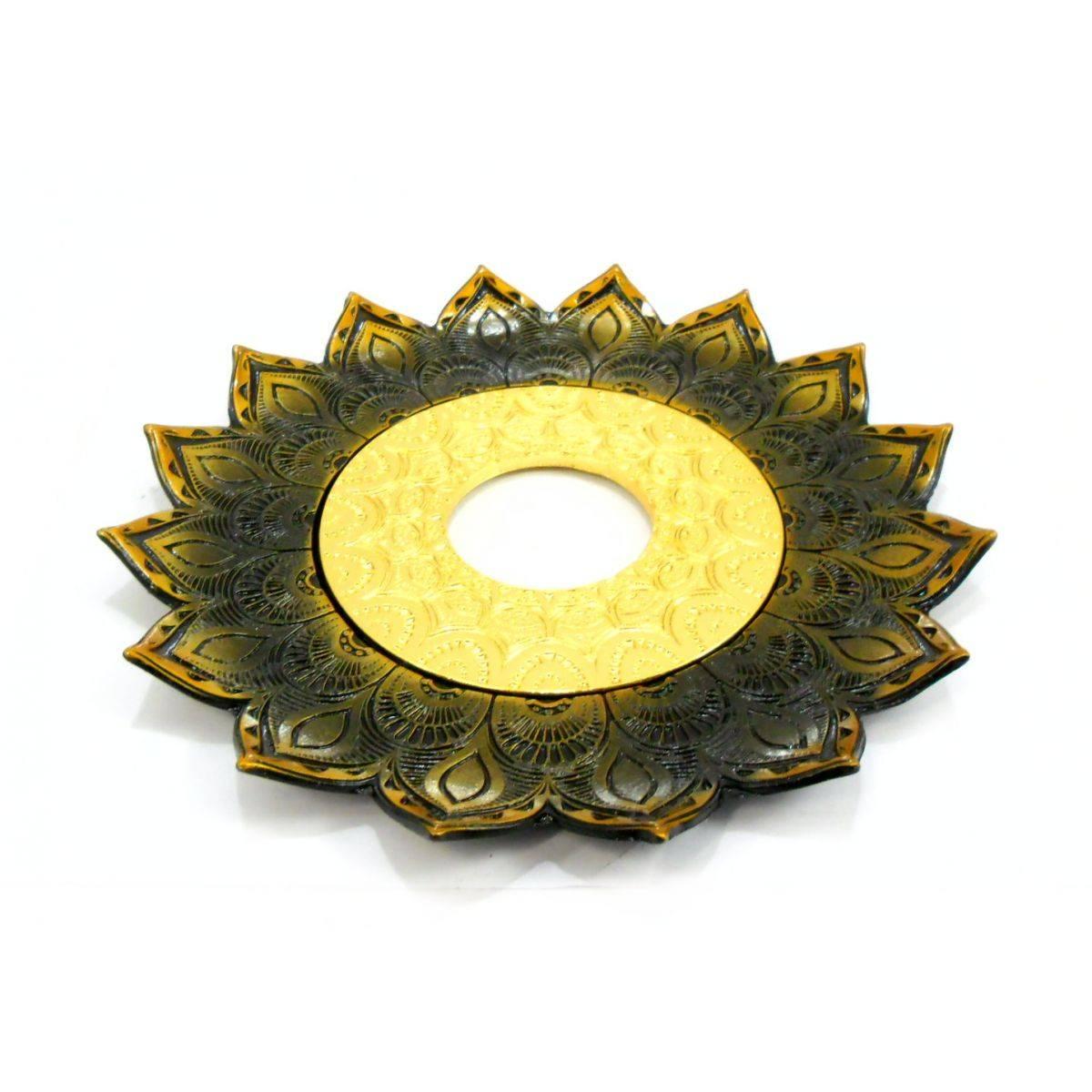 Prato luxo 17cm. Artemis. Em metal maciço, inox e decorado em alto relevo. Cor: OURO VELHO.
