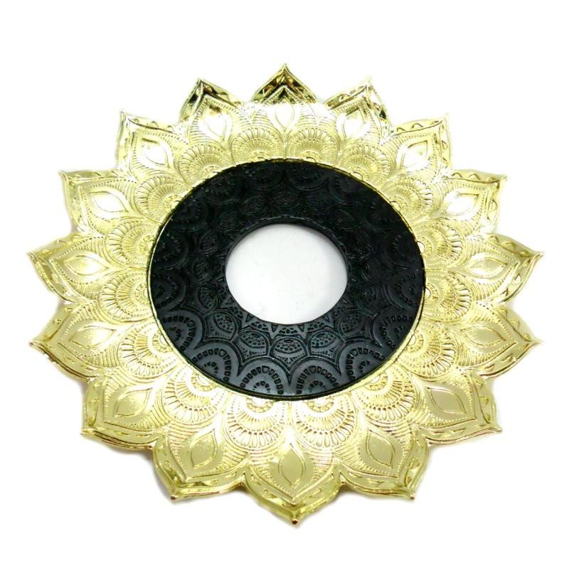 Prato Artemis 17cm. em liga metálica maciço, inox e decorado em alto relevo. Cor: DOURADO COM CENTRO PRETO.