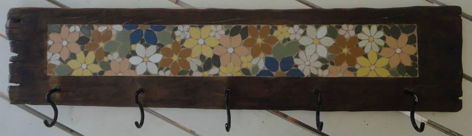 Cabideiro com 5 ganchos em Mosaico para pendurar casacos por Ramona Kiessling Mosaicos  - Eu Organizo