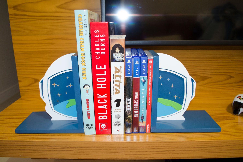 Aparador de Livros Astronauta Planeta Terra