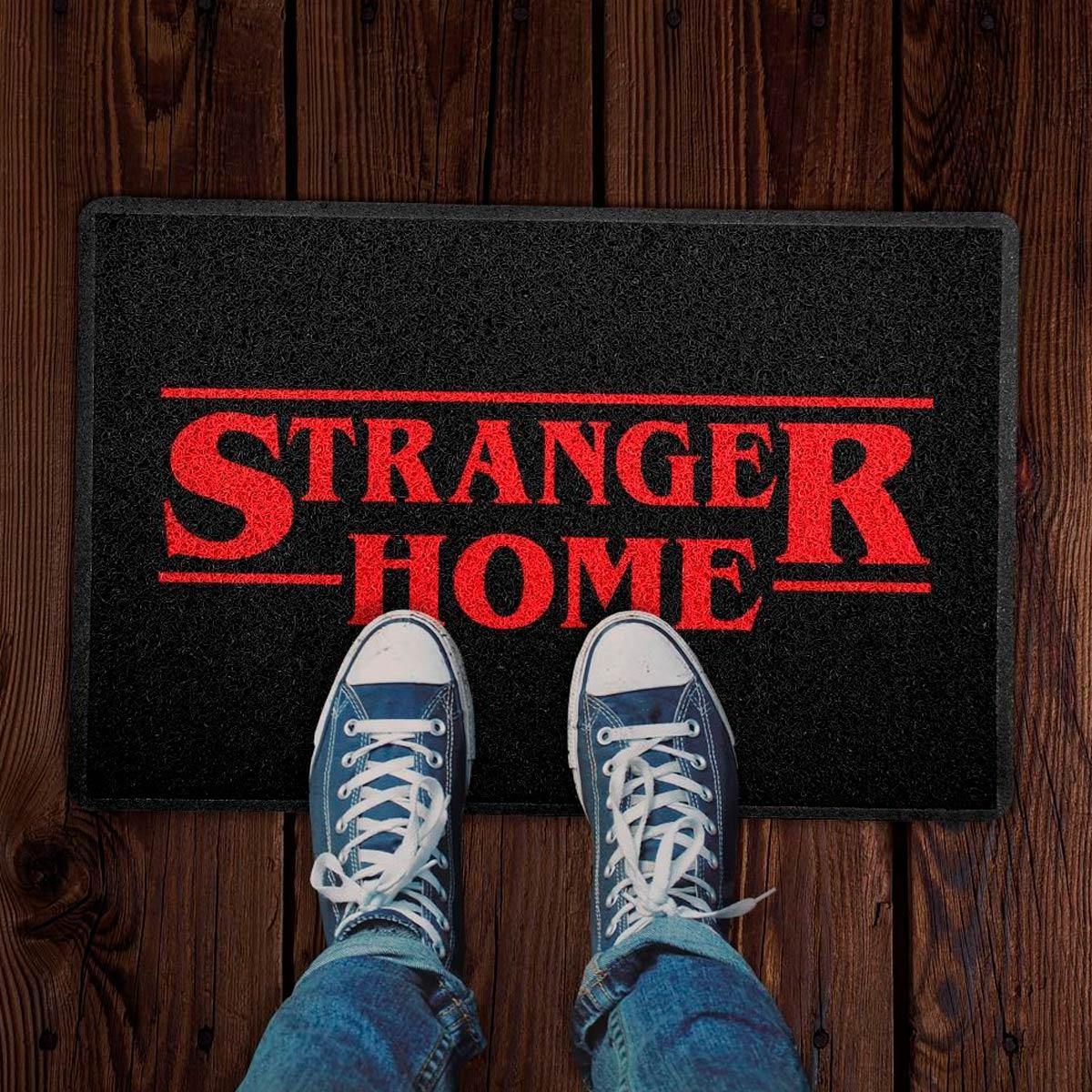Capacho Decoração Geek 60x40cm Stranger Home Preto