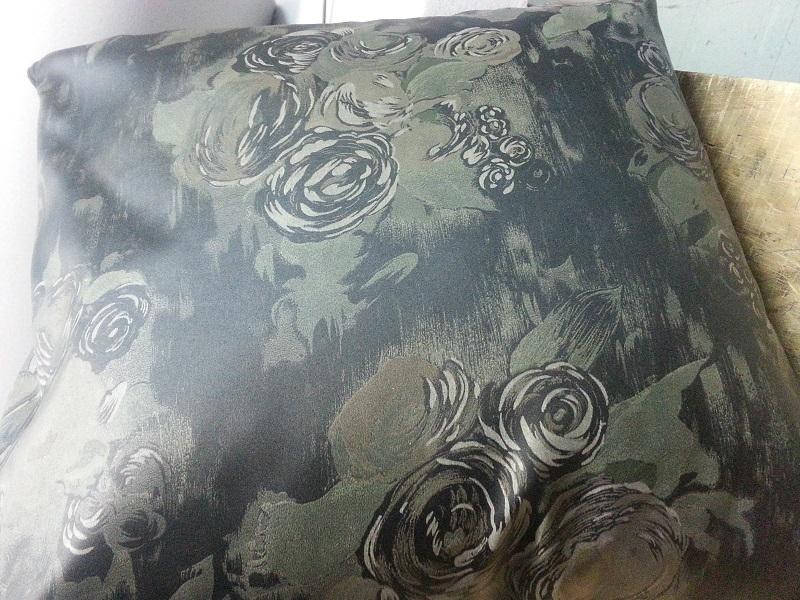 Almofada com Capa em Napa estampada c/ Zíper