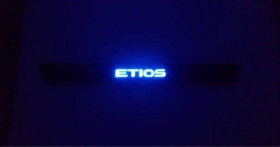 Soleira de Porta de LED Toyota Etios  - Só Frisos Ltda