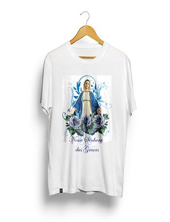 Camisa Poliéster Estampa Sublimática - Nsra. Das Graças - (MÉDIO 60A. X 45L. Cm). BRANCA