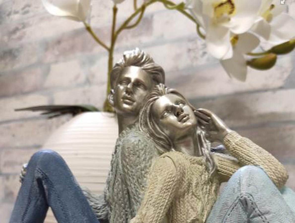 Estatueta Resina Casal Sentado 33x13x18,5cm  - Arrivo Mobile
