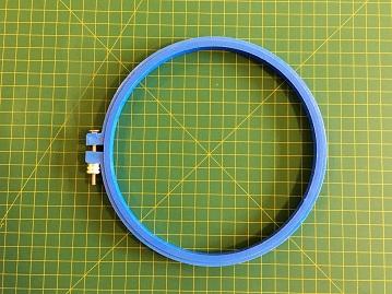 Bastidor de plástico AZUL com tarraxa, diâmetro aproximado de 20 cm