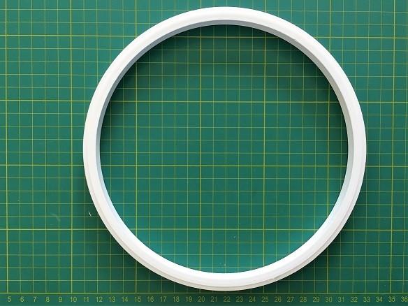 Bastidor de plástico BRANCO com aproximadamente 20 cm de diâmetro