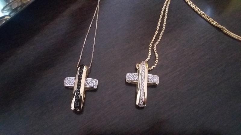 Colar com Crucifixo Cravejado com Microzircônias Brancas e Negras