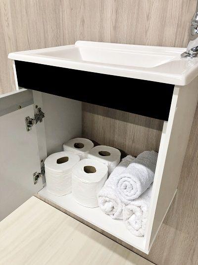 Armário para Banheiro Com Espelheira Branco com Preto / Linha Sevilha 45