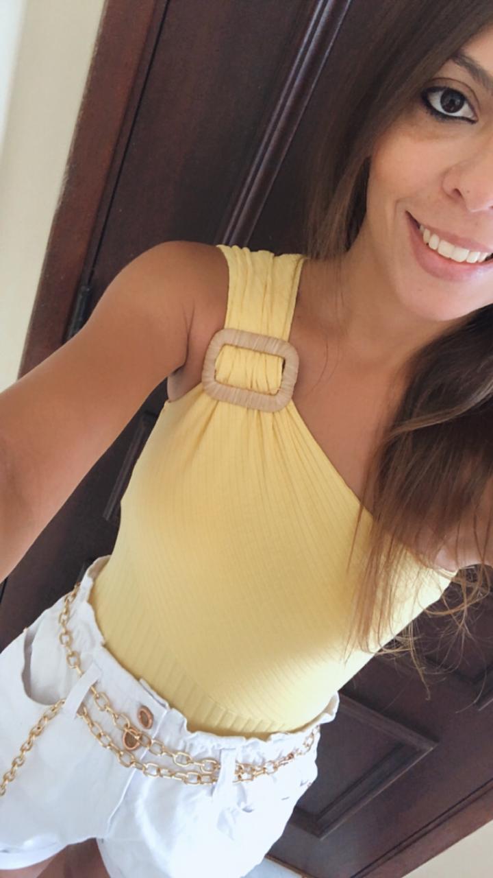 Body Ombro Só Amarelo com Detalhe em Fivela