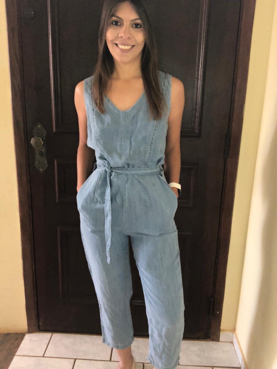 Macacão Regata Jeans com Bolso, Zíper e Faixa na Cintura