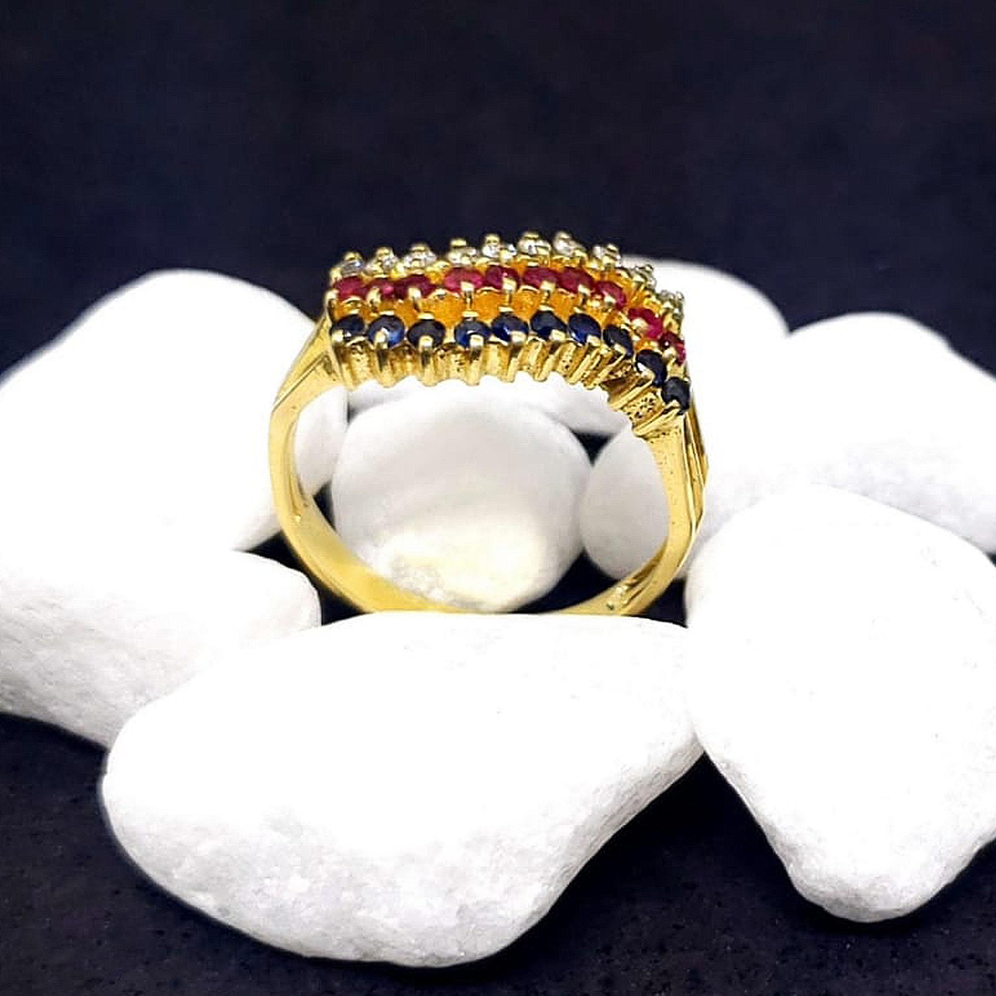 Anel c/ Diamantes, Rubis e Safiras em Ouro 18 Kilates