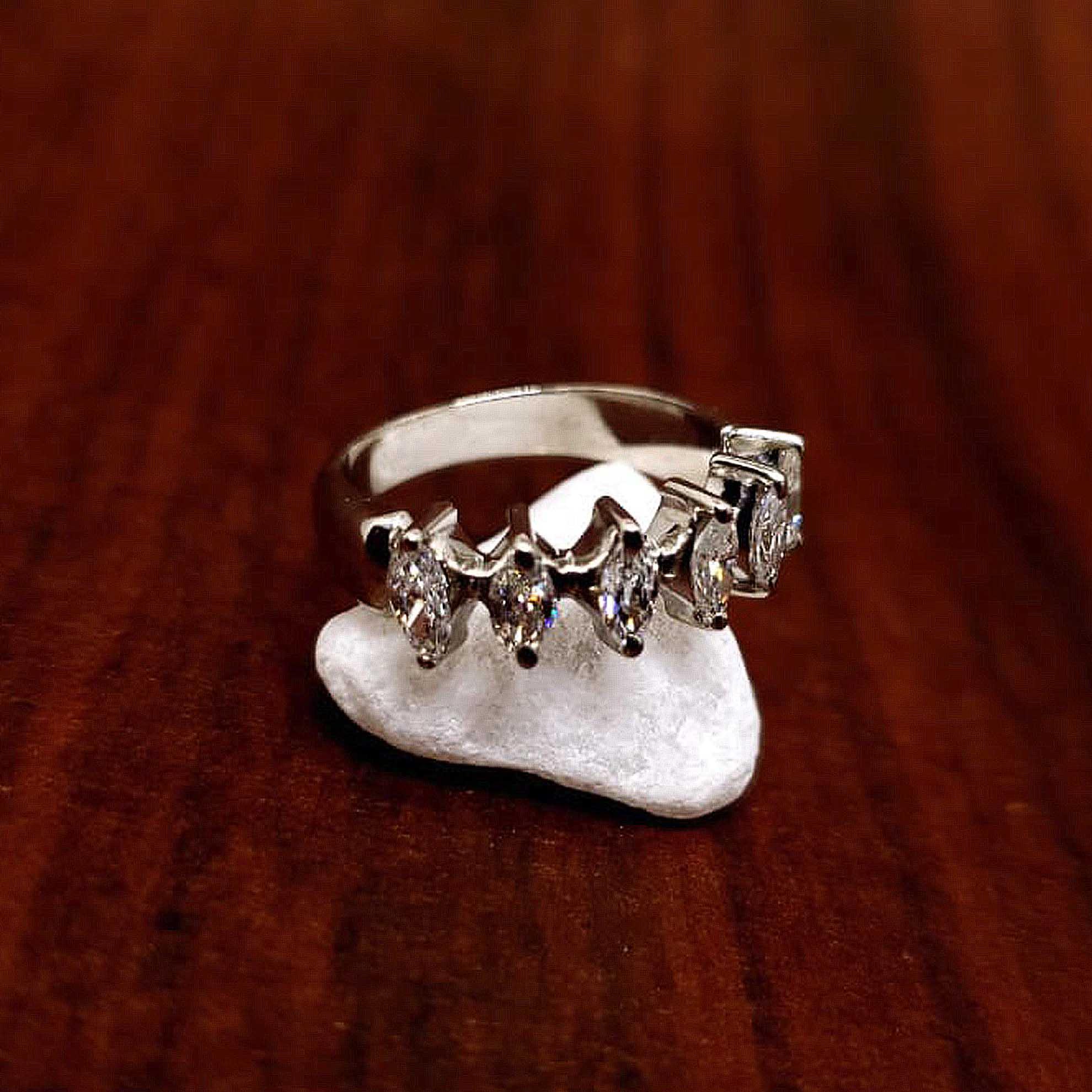 Meia Aliança c/ Diamantes Navete em Ouro Branco 18 Kilates