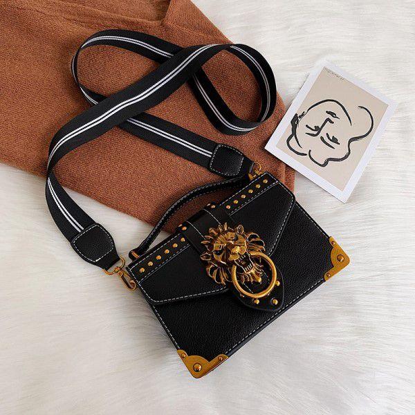 Bolsa de Ombro e Mão Moda Feminina Fecho Metal Cabeça de Leão Versátil Estilo Casual Preta (QBA)