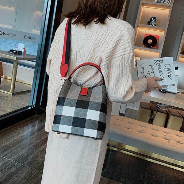 Bolsa de Ombro e Mão Moda Feminina Bag Listrada Designer de Luxo Versátil Estilo Casual Marrom (QBA)