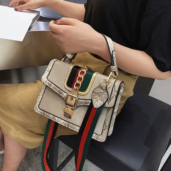 Bolsa de Ombro e Mão Moda Feminina Versátil Estilo Serpente Casual Fashion Bege (QBA)