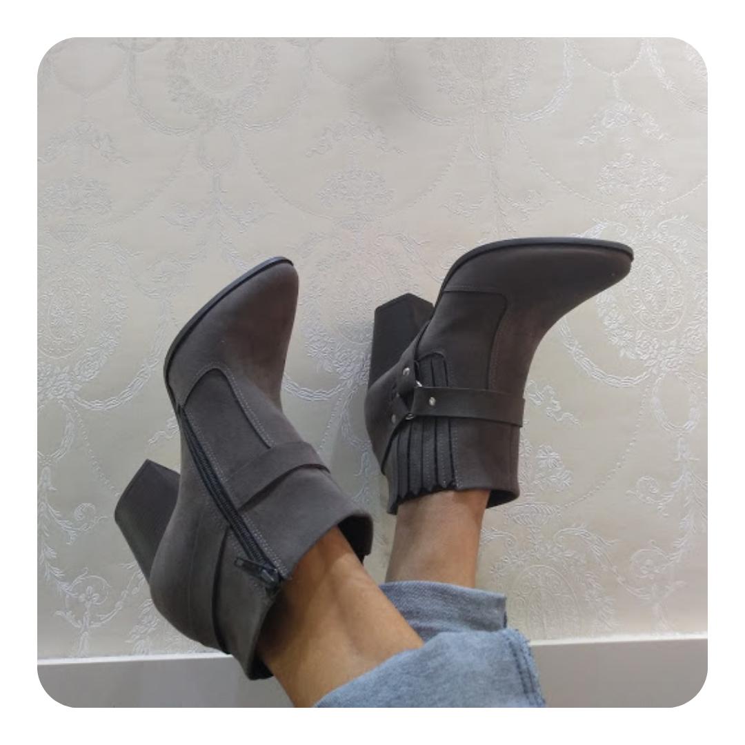 Saia do Básico com essa bota cinza um item indispensável para criar looks fashionistas. Já tem a sua?