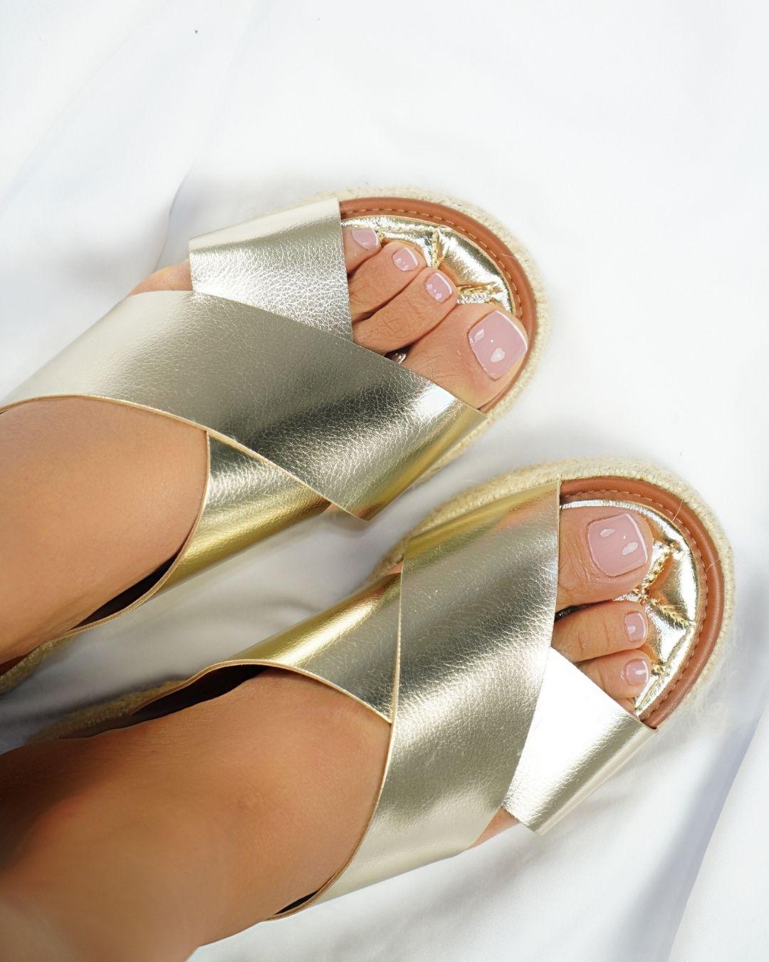 Sandélia Flatform  Ananda Napa metalizada ouro