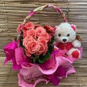 Cesta com mini begônia cor de rosa e urso