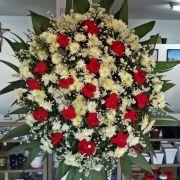 Coroa de Crisântemo Macarrão e Rosas Vermelha