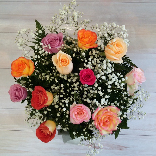 Buquê 12 rosas coloridas.