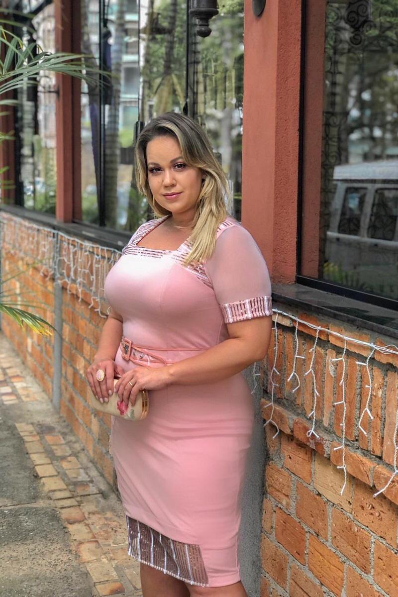 2447- Vestido  plus size em alfaitaria c/ forro det. tule bordado  ( PRODUTO NA PROMOÇÃO NÃO TEM DESCONTO NA COMPRA A VISTA)