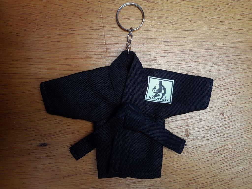 Mini Kimoninho Jiu Jitsu Branco, Azul ou Preto c/corrente e argola