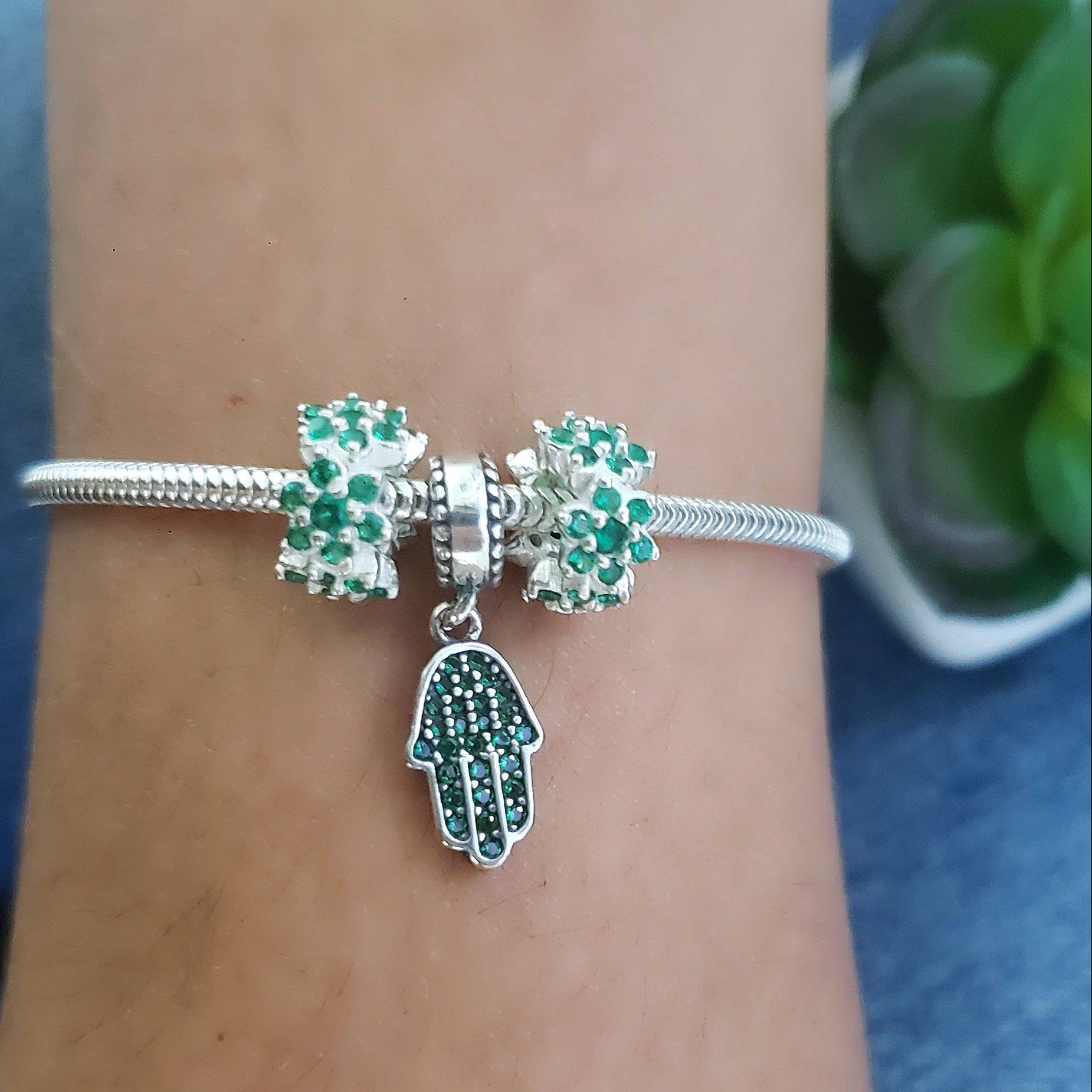 Berloque Mão de Deus Zircônias Verde
