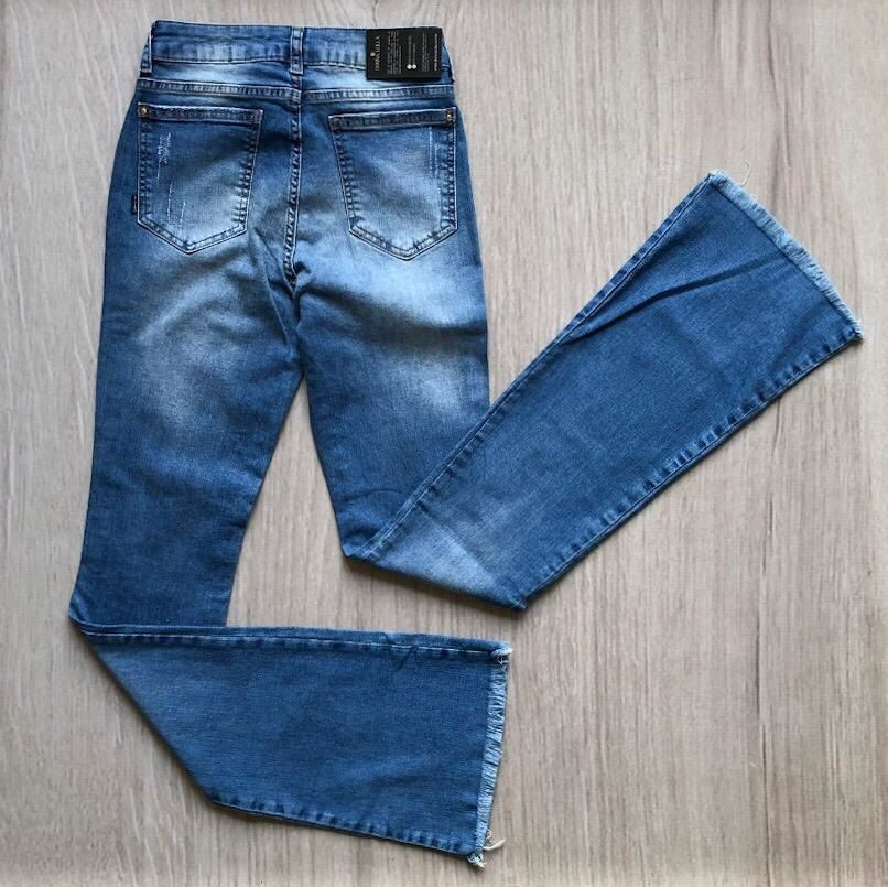 Calça Jeans Flare Barra Desfiada