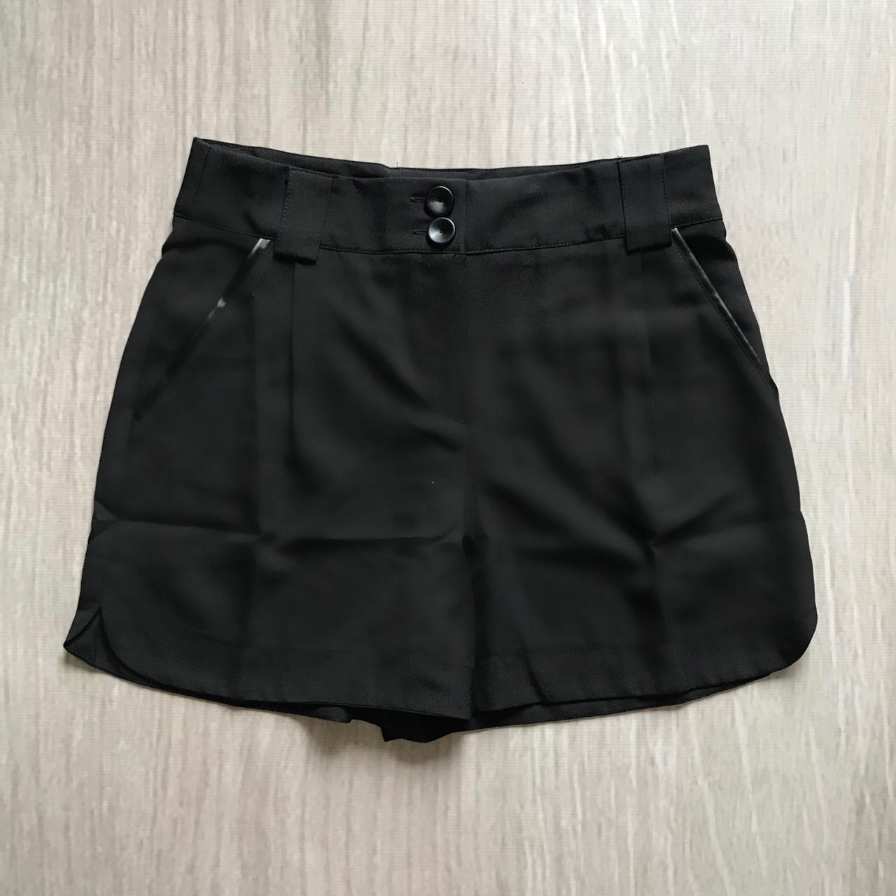 Shorts Crepe Detalhe Couro Eco