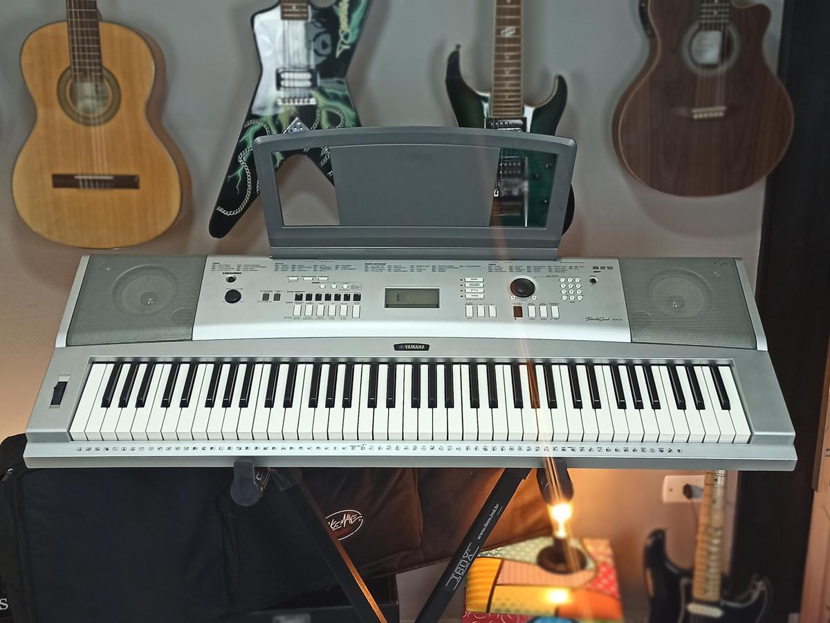 Piano Digital Yamaha DGX-230 Prata - Usado