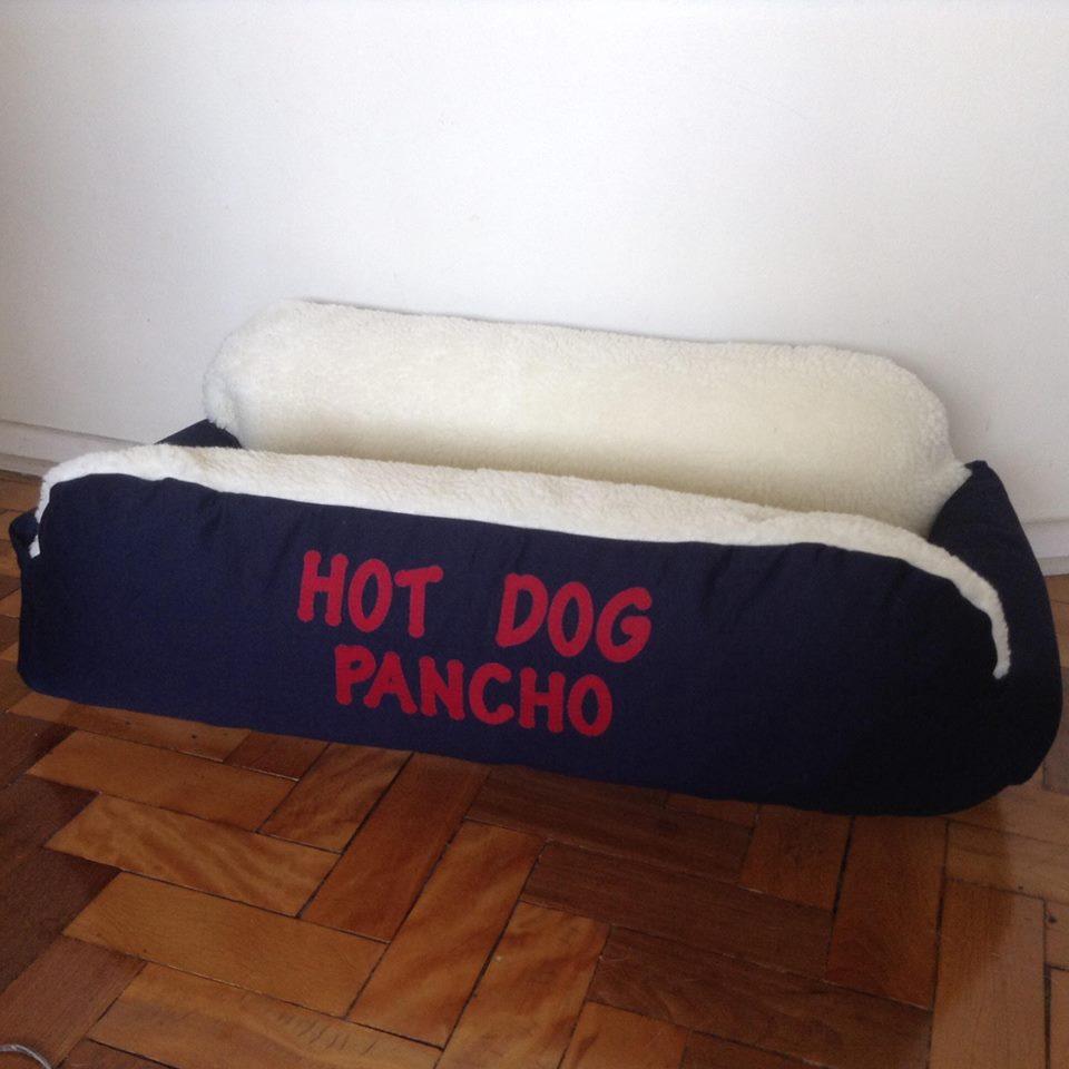 CAMA PARA CACHORRO FORMATO HOT DOG PERSONALIZADA COM NOME